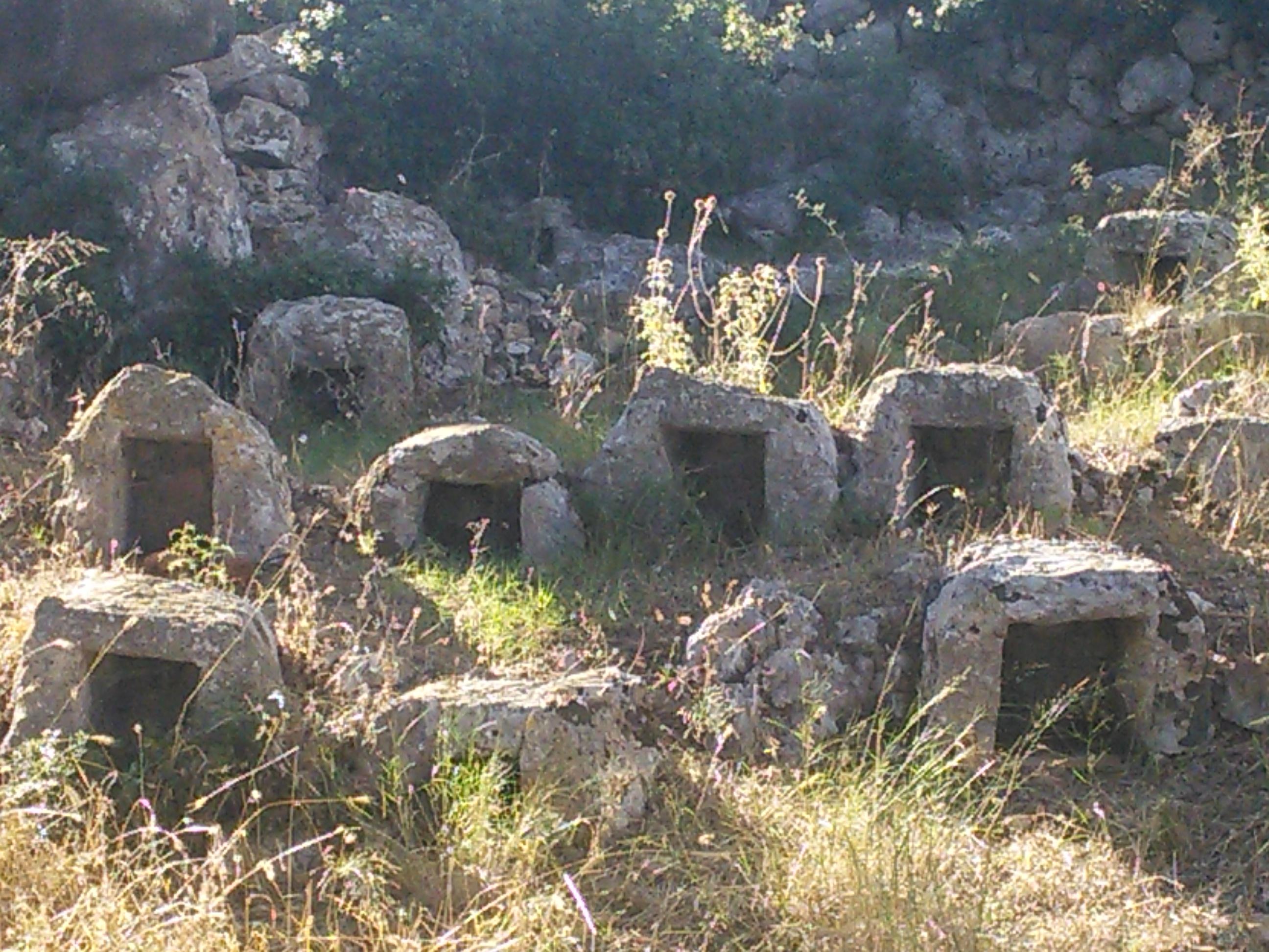 Το παλιό πέτρινο μελισσοκομείο στο μοναστήρι του Αγίου Νικολάυ στη Νηρά